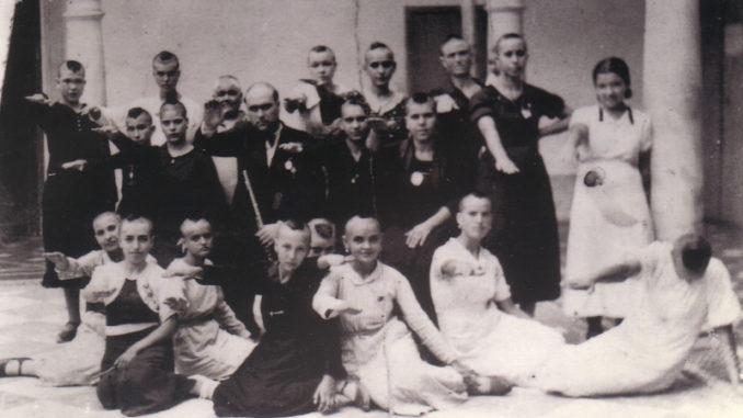 Grupo de jóvenes y mujeres rapadas en Montilla, Córdoba.