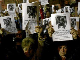 Un grupo de ciudadanos pide justicia para Marta en una concentración en febrero de 2009. ESTHER LOBATO