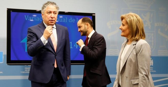 La ministra de Empleo, Fátima Báñez, junto a los secretarios de Estado de Empleo y de Seguridad Social, Juan Pablo Riesgo (c) y Tomás Burgos (i), respectivamente, durante la presentación de los últimos datos de paro registrado