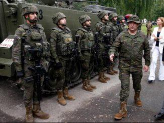 El presidente del Gobierno, Mariano Rajoy, junto a la ministra de Defensa, María Dolores de Cospedal, visita a las tropas españolas desplegadas frente a la frontera rusa en Letonia.