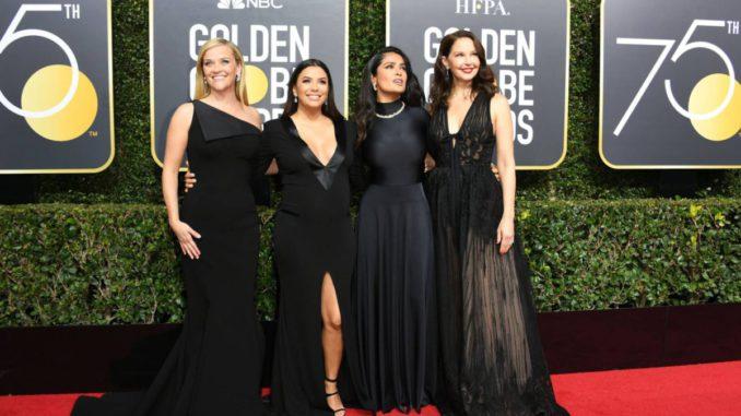 Desde la izquierda, Reese Witherspoon, Eva Longoria, Salma Hayek y Ashley Judd, en la entrada a los Globos de Oro